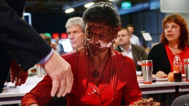 ドイツ極左議員、顔にケーキ押し付けられ 移民受け入れめぐり?