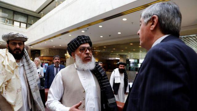 Representantes do Talebã conversam com o enviado presidencial russo ao Afeganistão, Zamir Kabulov