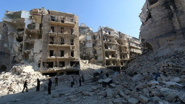 ركام في منطقة تعرضت لقصف