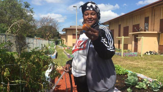 Nicole Fowles segura alimento produzido em jardim urbano