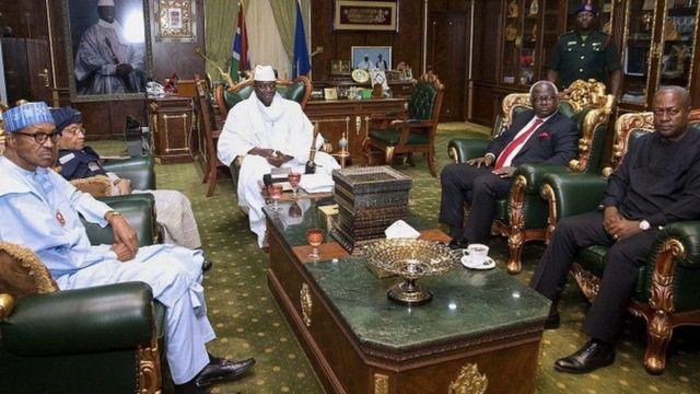 Abakuru b'ibihugu vyo muri Afrika y'uburengero barahuye na Prezida Jammeh (hagati) mu ndwi iheze