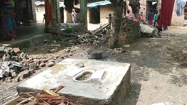 भारत के गांव का टॉयलेड