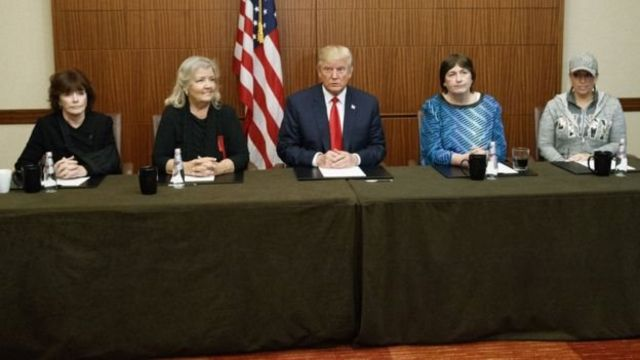 Donald Trump junto a Kathleen Willey, Juanita Broaddrick, Kathy Shelton y Paula Jones.