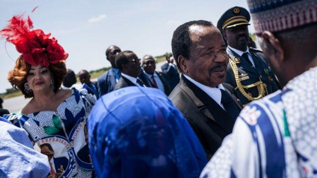 Le président camerounais Paul Biya et son épouse, Chantal Biya, sont accueillis à l'aéroport de Maroua, dans la région de l'Extrême-Nord du Cameroun, avant une réunion électorale, le 29 septembre 2018.