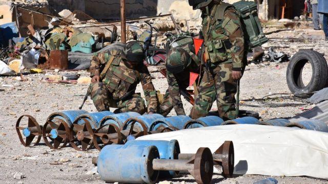 صورة جنود ومتفجرات