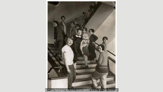 Para perempuan di pelatihan menenun di tangga gedung Bauhaus di Dessau, 1927.