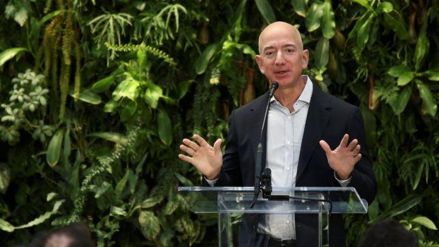 Jeff Bezos fala em evento em sede da Amazon em Seattle