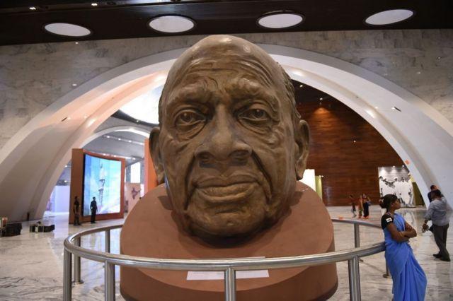 塑像底座是一座博物館。