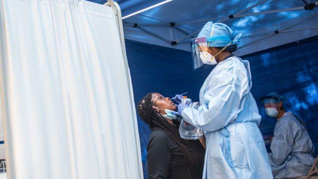 Teste molecular sendo realizado em Nova York