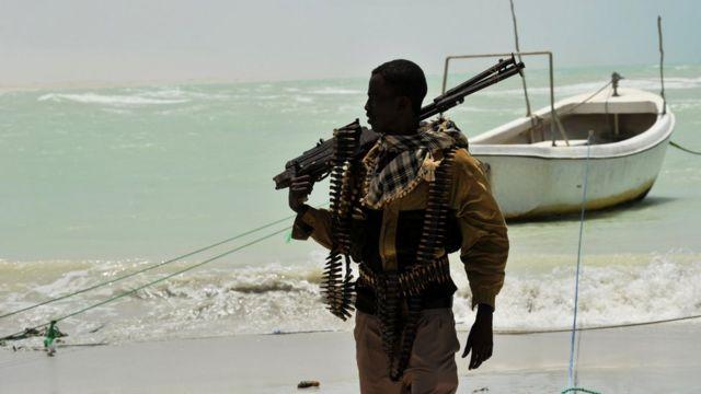 یک دزد دریایی و شبهنظامی سومالیایی