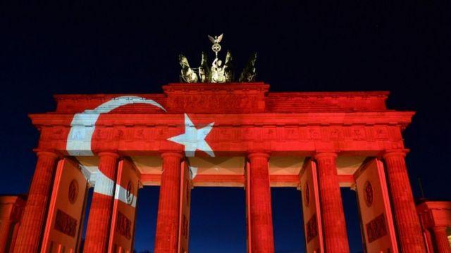 Berlində Brandenburg Darvazası Türkiyə bayrağının rənglərinə boyanıb
