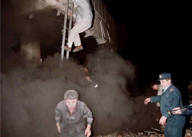 После авиаудара работникам посольства пришлось эвакуироваться через окна