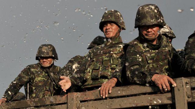 ทหารถูกสาดน้ำสงกรานต์