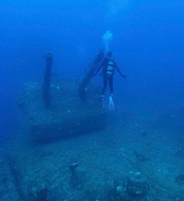 """Водолаз розглядає артилерійську башту на борту американського корабля """"Саратога"""""""