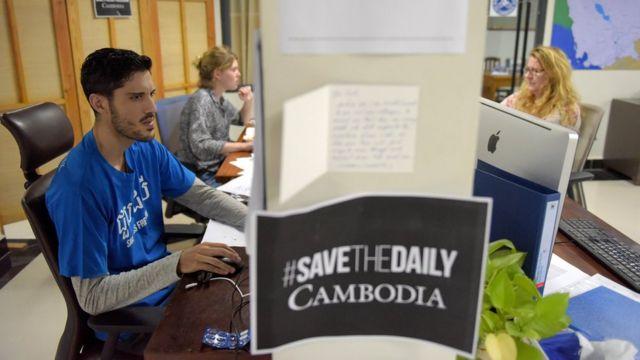 Ảnh chụp các nhà báo của Cambodia Daily làm việc trong phòng tin hôm 31/8/2017