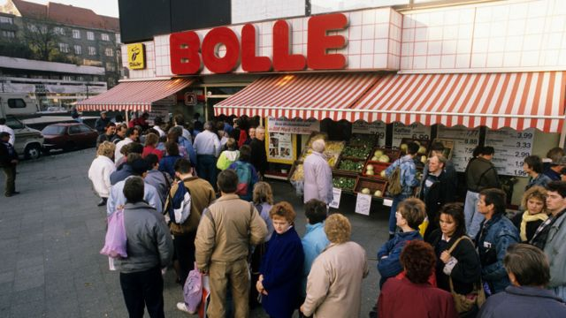 12 November, 1989 Germany / GDR, Berlin. The fall of the wall. Visitors from East-Germany in front of the supermarket BOLLE. They were able to pay with East-Mark there.