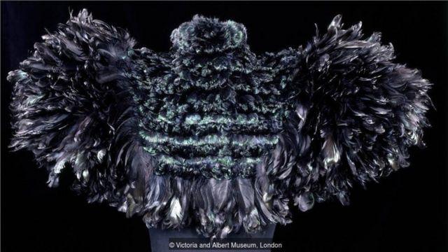 上图是奥古斯塔·香波(Auguste Champot)于1895年以公鸡的羽毛制成的披肩。(Credit: Victoria and Albert Museum, London)
