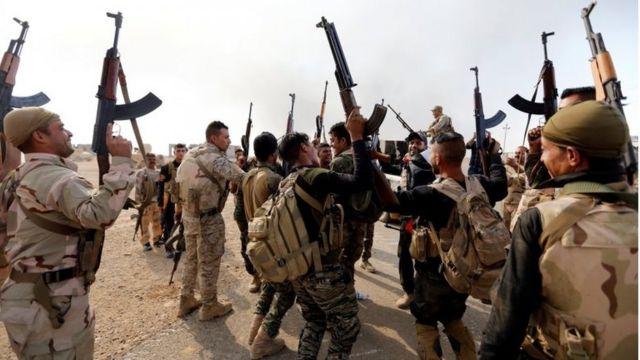 イラクの治安部隊はモスル近郊の村々を奪還し始めている(20日、モスル近郊で)