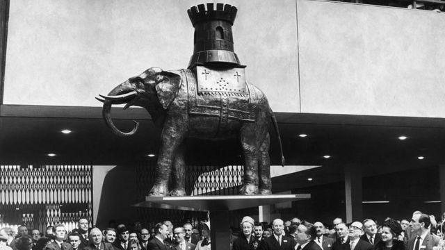 Inauguración del centro comercial de Elephant and Catsle