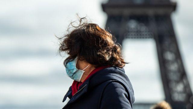Женщина на фоне Эйфелевой башни в Париже