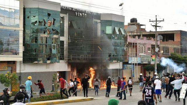 Manifestantes quemando parte de una alcaldía en Bolivia.