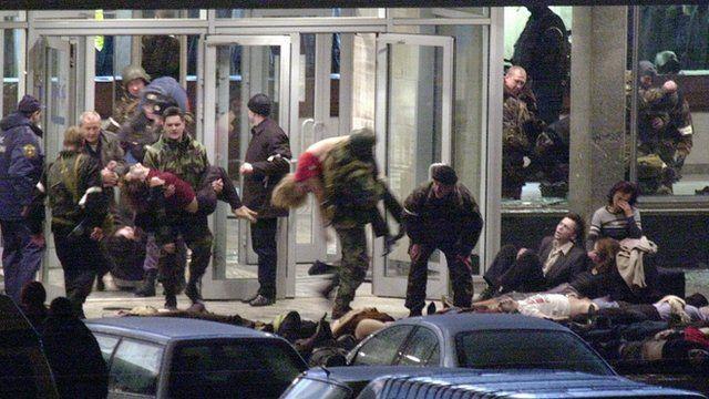 Reféns são retirados de teatro em Moscou