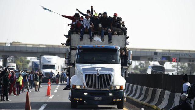 Camión lleno de migrantes