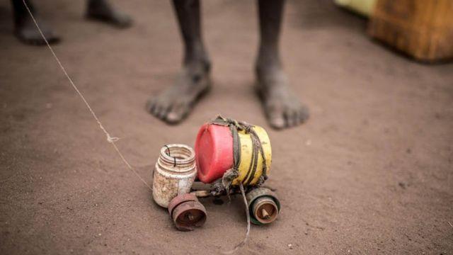 Dečak se igra sa igračkom automobila u kampu Rino u Ugandi