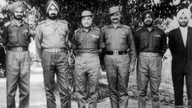 जनरल हरबख़्श सिंह ने बर्की के युद्ध के बारे में बताने के लिए आमंत्रित तत्कालीन लेफ्टिनेंट कंवलजीत सिंह सबसे दायीं ओर.
