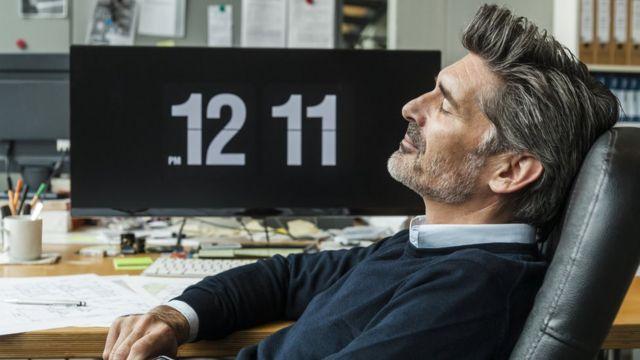 Homem descansando no escritório