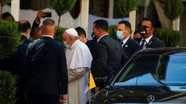 پاپ فرانسیس در حال ورود به جلسه روز شنبه با آیتالله سیستانی؛ خبرنگاران اجازه حضور در این دیدار را ندارند
