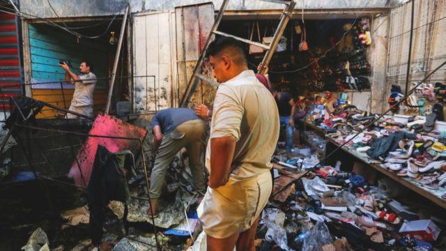 Sadr City'deki Al Vuhaylat pazarı, bayram alışverişi için gelenlerle doluydu
