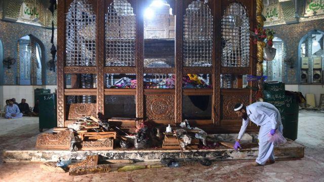 ضريح شاهباز قلندر حيث وقع الهجوم الانتحاري وخلف 72 قتيلا
