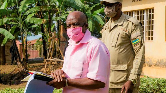 Paul Rusesabagina ari kumwe n'umucungagereza ku rukiko i Kigali mu kwa cyenda 2020