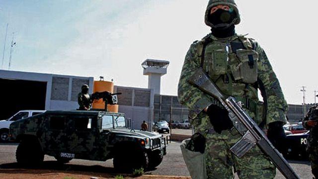 Militares em frente à prisão de Piedras Negras