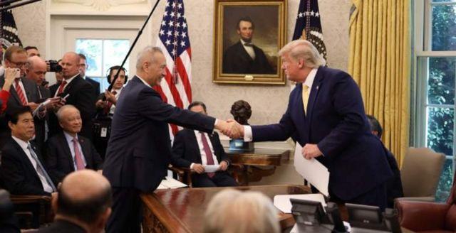 Tổng thống Trump bắt tay Phó Thủ tướng Trung Quốc Lưu Hạc.