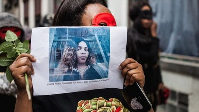 示威者举着受害人尤妮斯的照片。(photo:BBC)