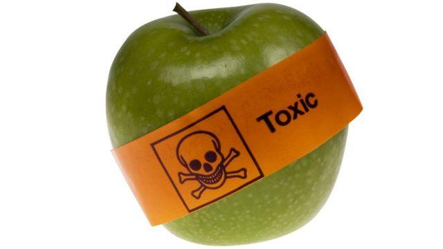 Una manzana con un signo de tóxico