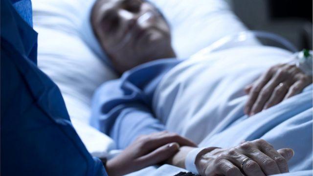 У постели умирающей