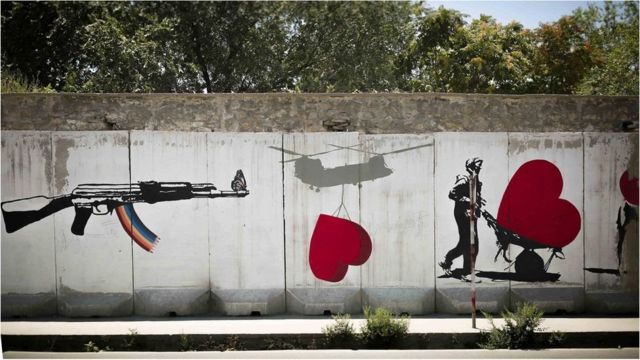 دیواری در کابل که قبلا عملیات انفجاری در آن رخ داده بود، توسط هنرمندان محلی نقاشی شده است