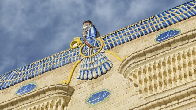 Simbol Zoroastrianisme di Kuil Api di Yazd, Iran.