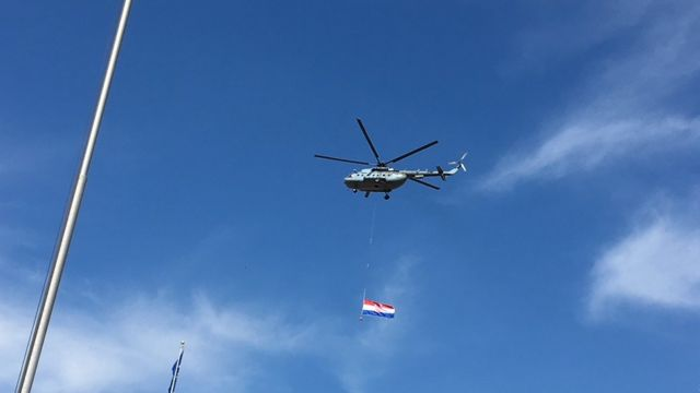 I helikopteri slave uz zastave