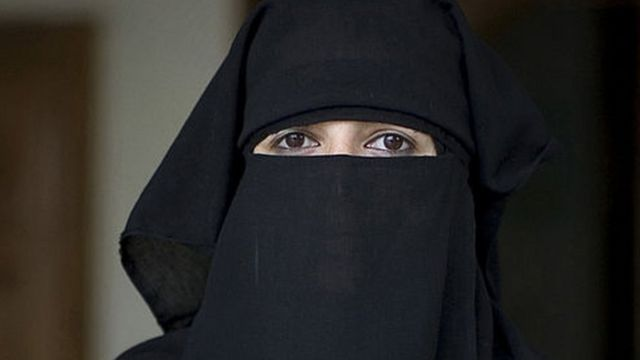हिजाब में महिला