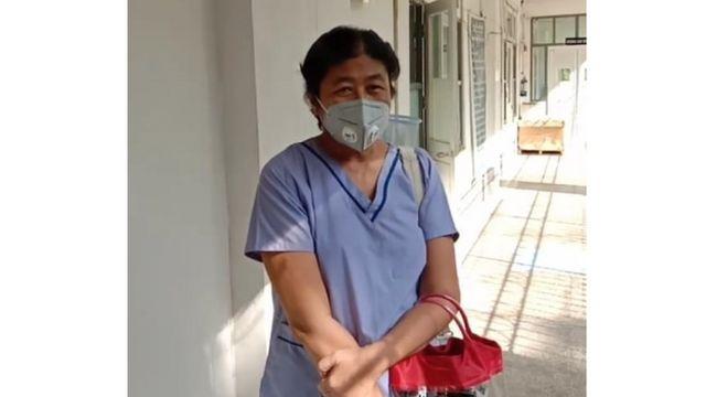 ဆေးရုံကဆင်းလာတဲ့ ဆရာဝန်ကြီးကို မေ ၂၅ ရက်မနက်ပိုင်းက တွေ့ရတာဖြစ်ပါတယ်။