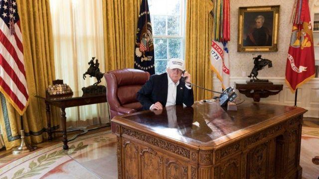 Donald Trump Oval ofisteki döşeme, perde ve halıları kaldırtıp altın rengini hakim kılmıştı