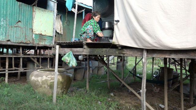 Bà Huỳnh Thị Dương, 45 tuổi, sống trong căn nhà tạm bợ này từ 6 tháng qua, kể từ khi chuyển lên bờ