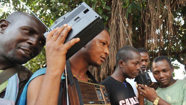 De jeunes Guinéens à Kindia écoutent en 2009 une déclaration de Toumba Diakité (illustration)