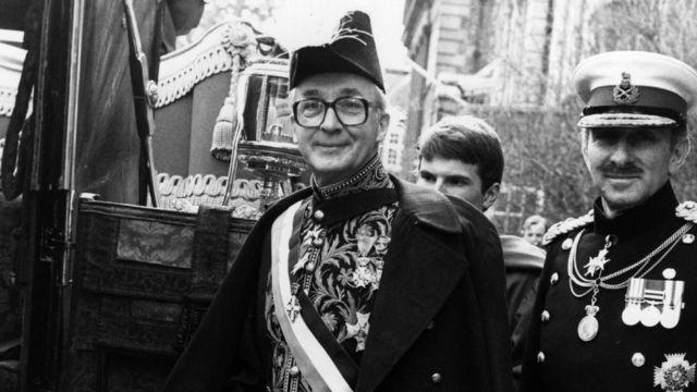 """荷兰驻英国大使 Jonkheer Huydecoper 跟英国锡利群岛签署和平协议,正式宣告一场持续了335年的""""战争""""结束。 3 March 1982"""