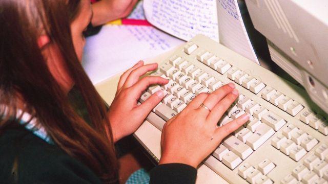 Dete za kompjuterom