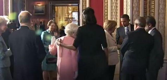 Ketika Michelle Obama memeluk Ratu.